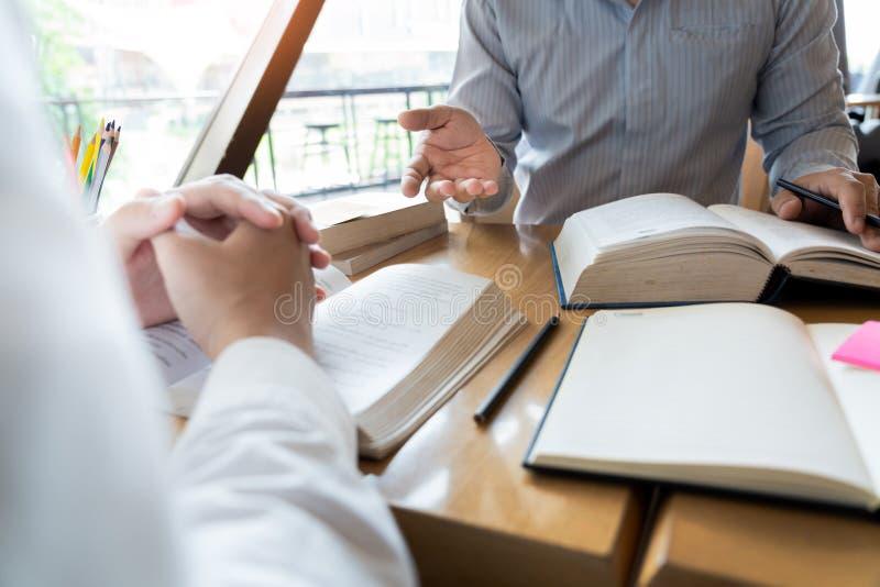 La educaci?n y el concepto de la escuela, campus de los estudiantes ayuda a la lectura del amigo de la instituci?n las clases par imagenes de archivo