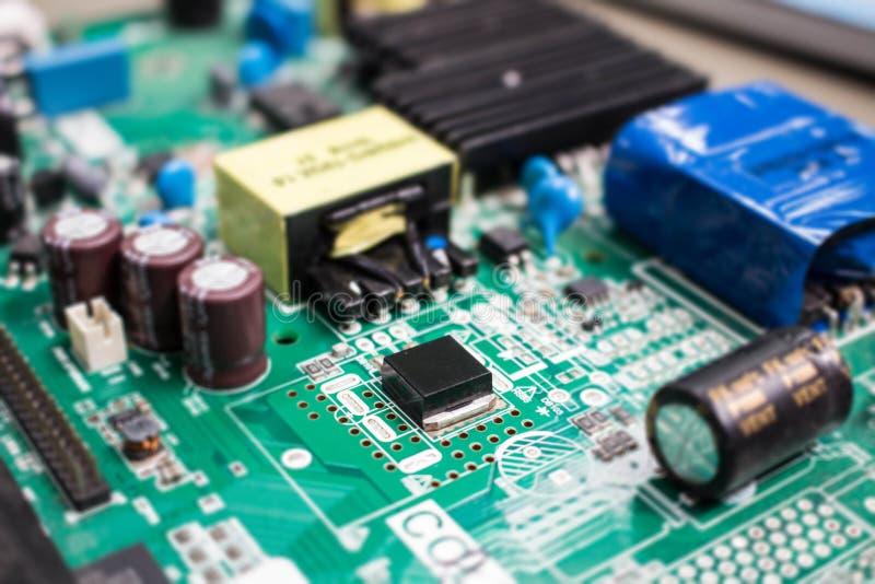 La electrónica parte en tecnología del resistor y del microprocesador del consejo principal imagen de archivo