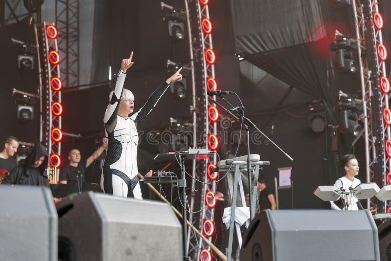 La electro banda de ONUKA se realiza en el festival del fin de semana del atlas Kiev, Ucrania imagenes de archivo