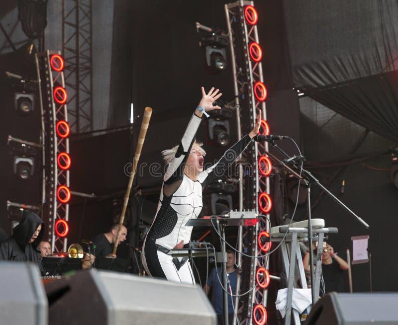 La electro banda de ONUKA se realiza en el festival del fin de semana del atlas Kiev, Ucrania imagen de archivo