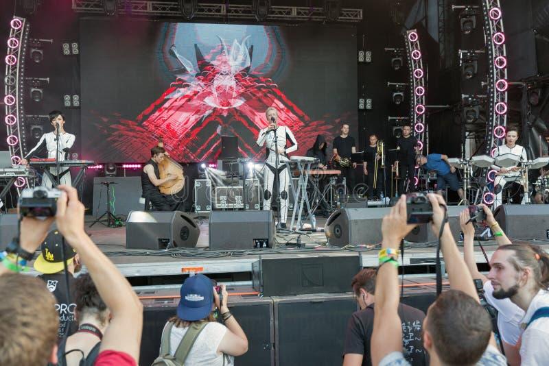 La electro banda de ONUKA se realiza en el festival del fin de semana del atlas Kiev, Ucrania fotos de archivo