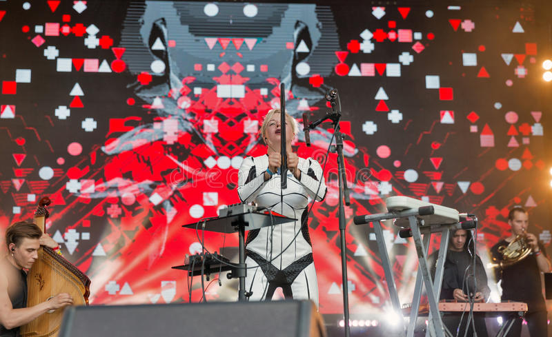 La electro banda de ONUKA se realiza en el festival del fin de semana del atlas Kiev, Ucrania foto de archivo libre de regalías