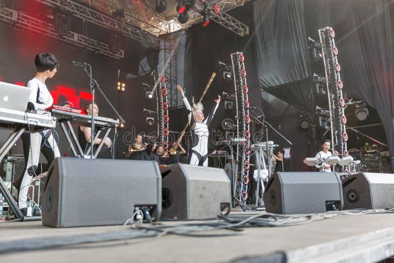 La electro banda de ONUKA se realiza en el festival del fin de semana del atlas Kiev, Ucrania fotos de archivo libres de regalías