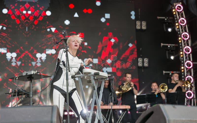 La electro banda de ONUKA se realiza en el festival del fin de semana del atlas Kiev, Ucrania imágenes de archivo libres de regalías