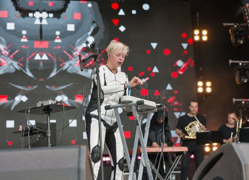 La electro banda de ONUKA se realiza en el festival del fin de semana del atlas Kiev, Ucrania foto de archivo