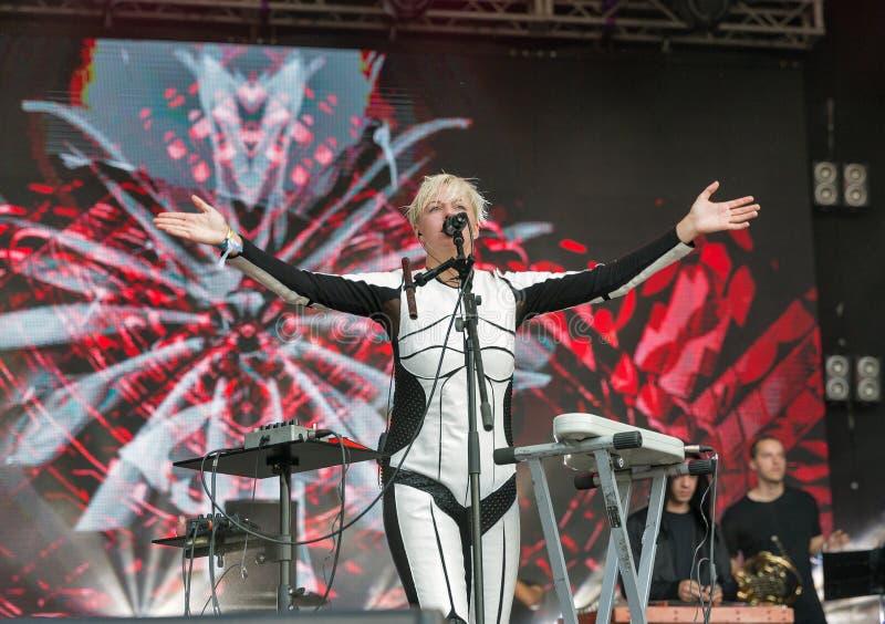 La electro banda de ONUKA se realiza en el festival del fin de semana del atlas Kiev, Ucrania fotografía de archivo