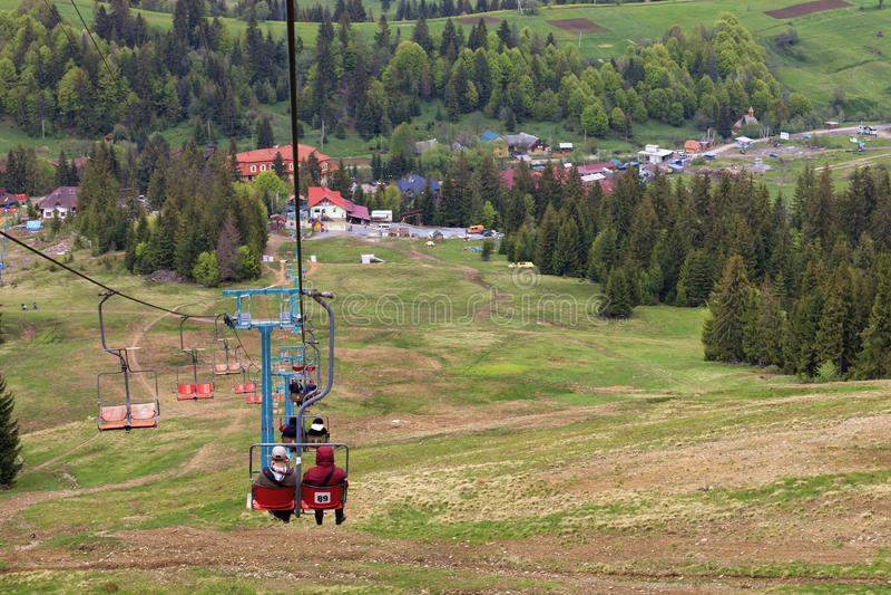 La elevación de la montaña lleva la gente en el valle al pueblo y el pie de la montaña imagenes de archivo