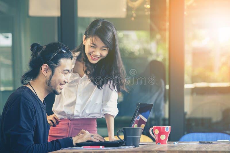 La emoción de la felicidad del hombre más joven y de la mujer asiáticos, trabaja independientemente equipo foto de archivo libre de regalías