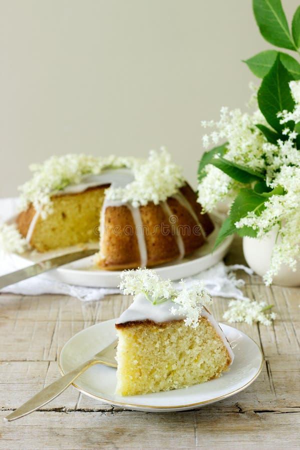 La empanada del limón con un esmalte del azúcar y el elderflower concentran, adornado con las flores de la baya del saúco Estilo  fotografía de archivo libre de regalías