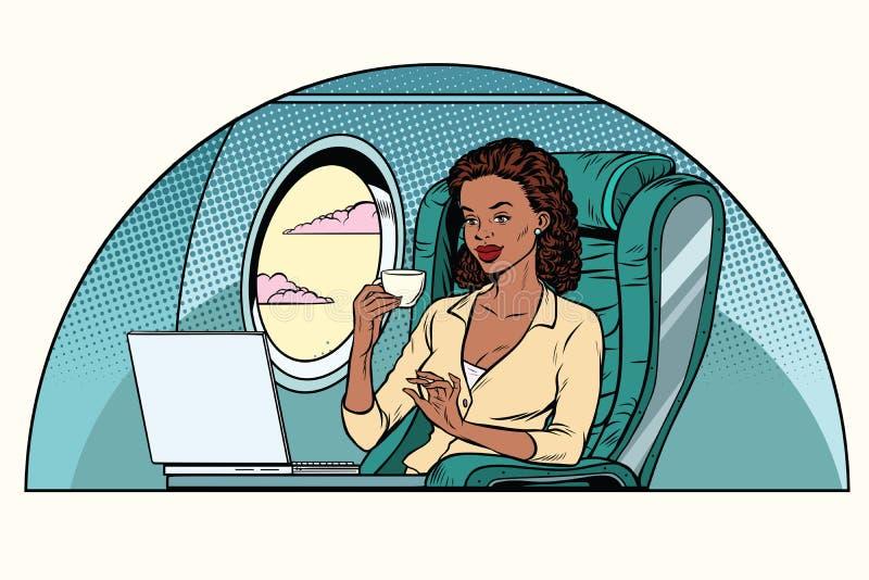 La empresaria africana en la clase de negocios de los aviones trabaja en stock de ilustración