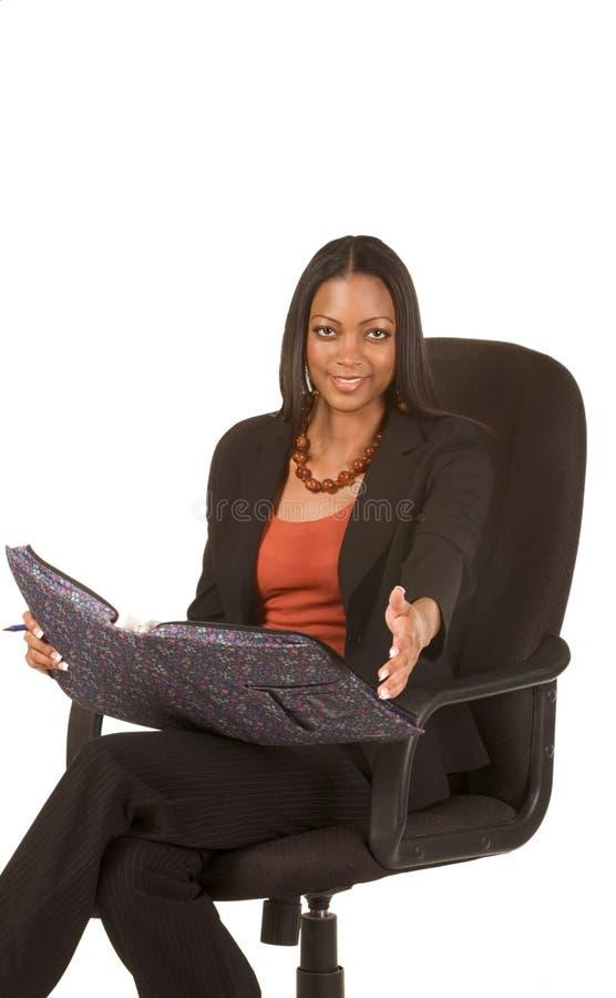 La empresaria cómoda estira su mano amiga imagenes de archivo