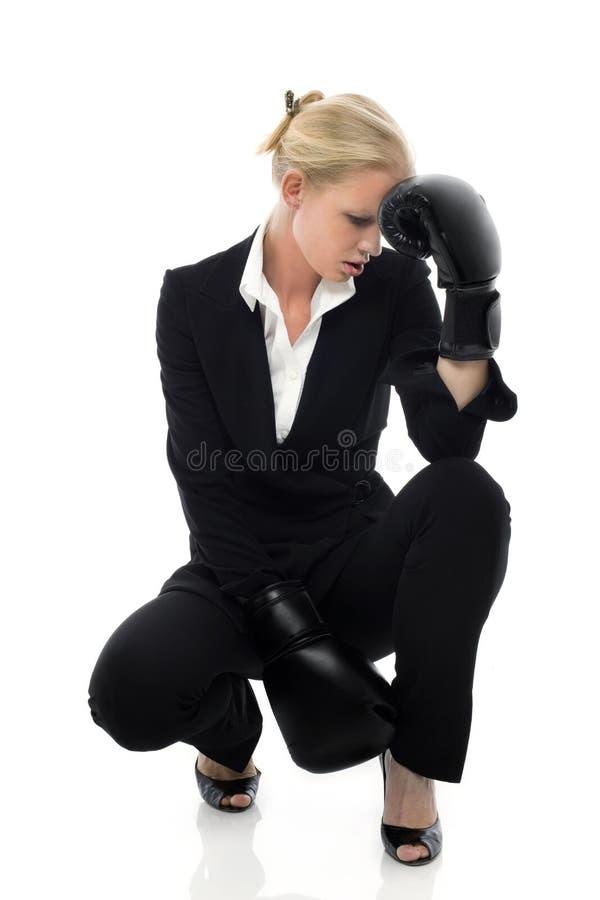 La empresaria cansó con los guantes de boxeo fotos de archivo libres de regalías
