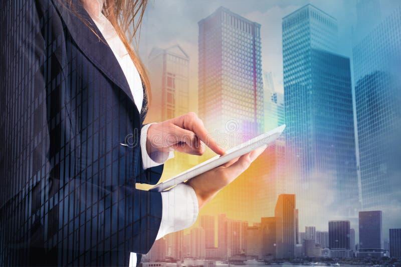 La empresaria comparte el documento con la tableta Concepto del Internet fotos de archivo