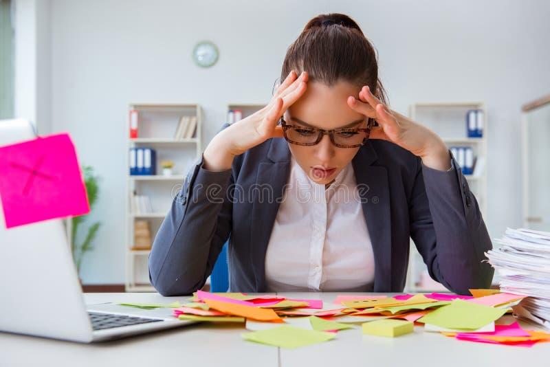 La empresaria con prioridades en conflicto en oficina imagen de archivo