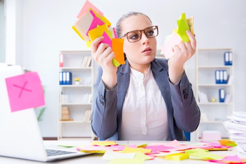 La empresaria con prioridades en conflicto en oficina foto de archivo libre de regalías