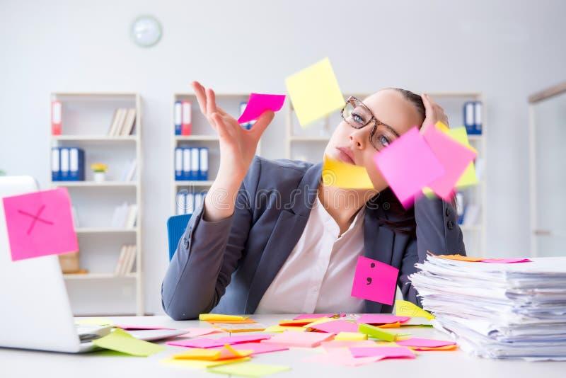 La empresaria con prioridades en conflicto en oficina imagenes de archivo