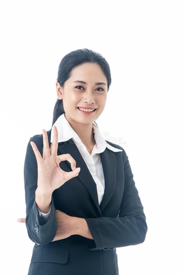 La empresaria elegante y joven hermosa asiática con el pelo y el traje largos negros es el ejecutivo o el fondo blanco aislado en fotos de archivo