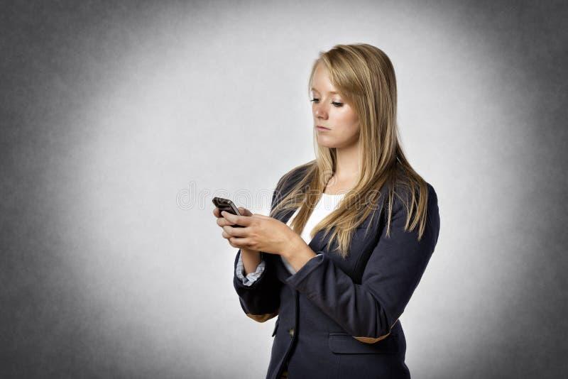 La empresaria escribe mensajes de texto fotografía de archivo libre de regalías