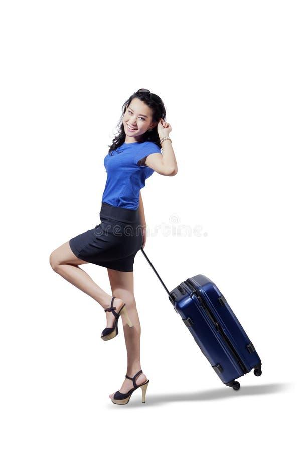 La empresaria feliz tira de una maleta en estudio fotos de archivo