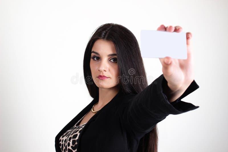 La empresaria joven de la raza mixta con armas dobló la sonrisa en el fondo blanco foto de archivo libre de regalías