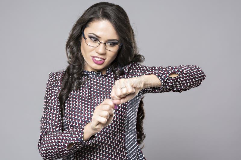 La empresaria joven enojada rompió su lápiz imagen de archivo libre de regalías