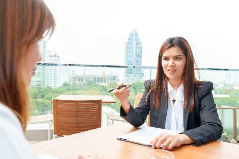 La empresaria o el encargado se entrevista con a su candidato - entrevístese con la estafa imagen de archivo libre de regalías
