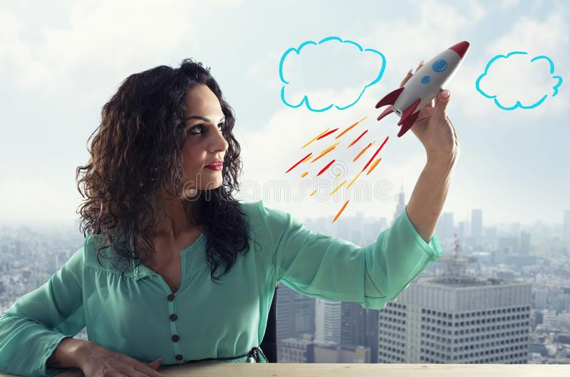 La empresaria pone en marcha a su compa??a con un cohete Concepto de inicio y de innovaci?n imágenes de archivo libres de regalías