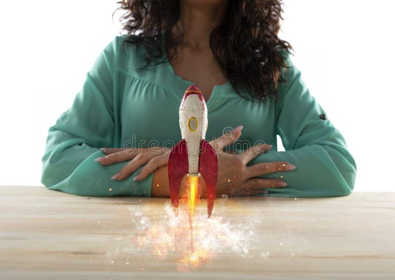 La empresaria pone en marcha a su compa??a con un cohete Concepto de inicio y de innovaci?n imagenes de archivo