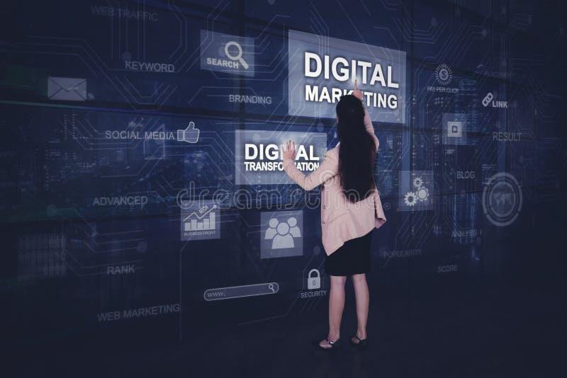 La empresaria presiona el botón de comercialización digital fotos de archivo libres de regalías