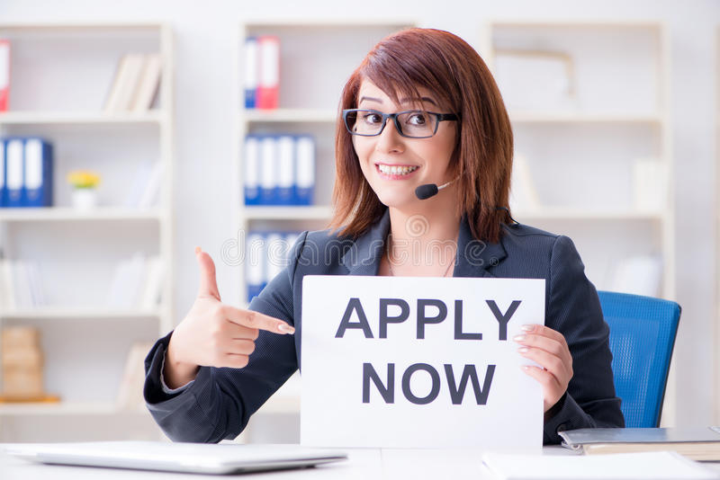 La empresaria que contrata a nuevos empleados en oficina imagen de archivo
