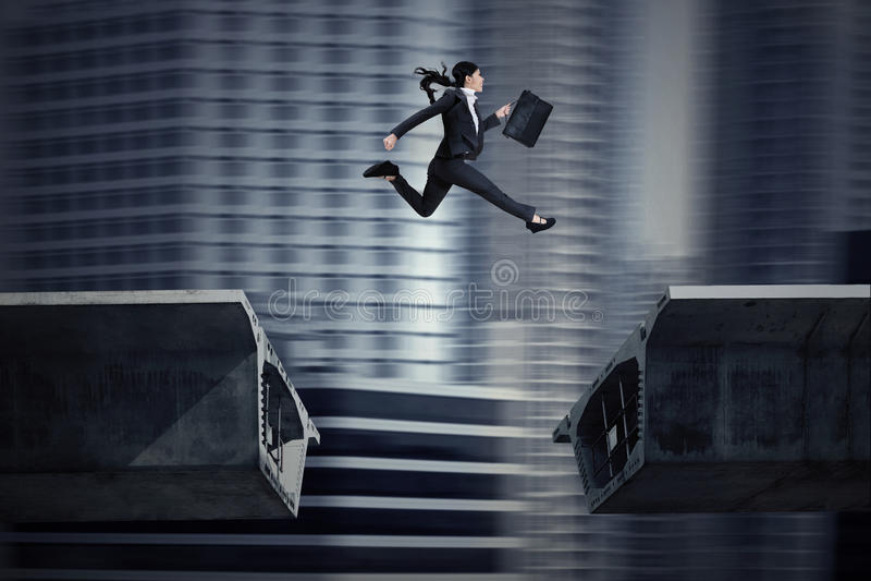 La empresaria que salta sobre un hueco en el puente libre illustration