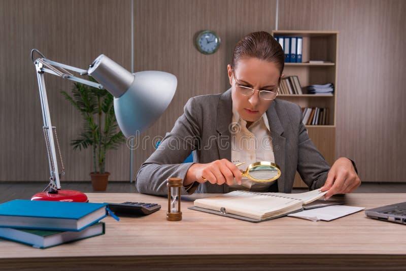 La empresaria que trabaja en la oficina fotografía de archivo
