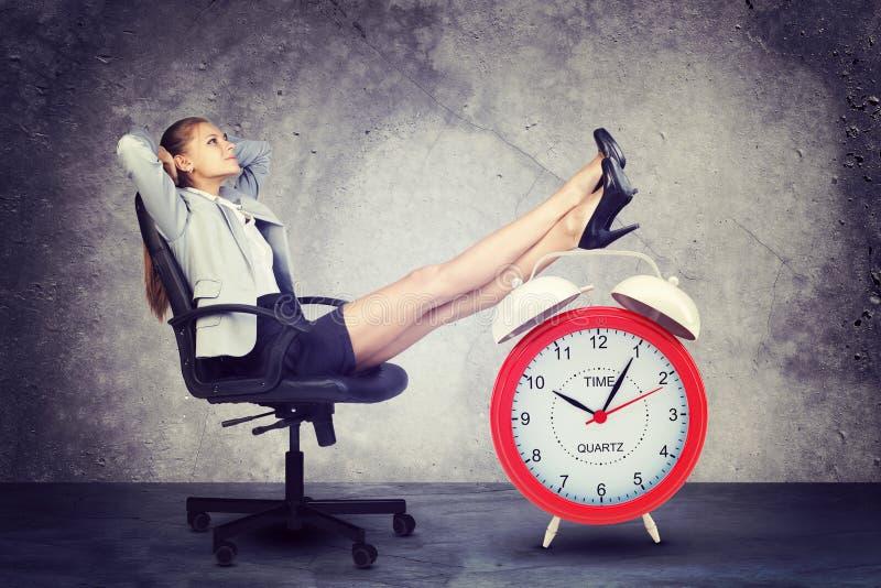 La empresaria se sienta en silla Ponga sus pies encendido stock de ilustración