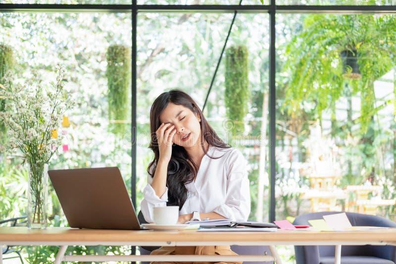 La empresaria siente dolor en sus ojos mientras que trabaja en la oficina, concepto médico imágenes de archivo libres de regalías