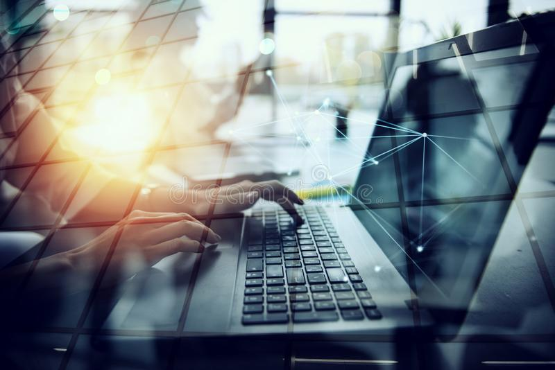 La empresaria trabaja en oficina con un ordenador portátil con efectos de Internet Concepto de distribución de Internet y de inic libre illustration