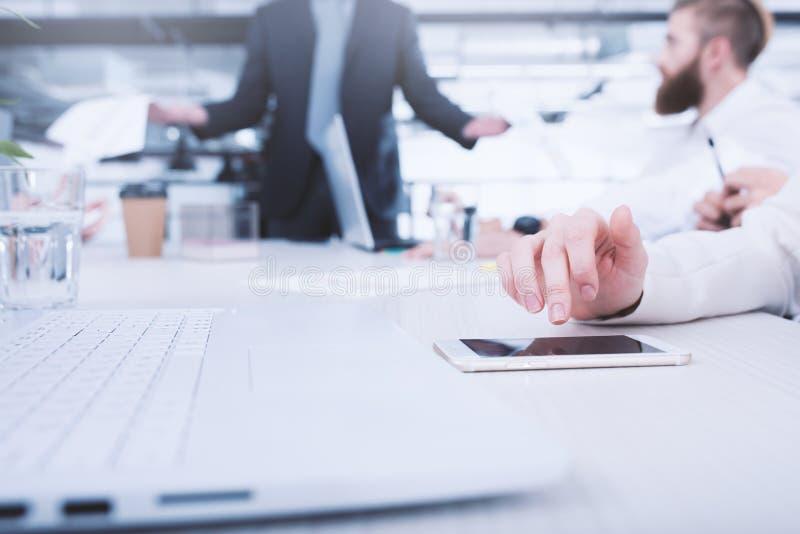 La empresaria trabaja en un teléfono móvil Concepto de distribución y de interconexión de Internet foto de archivo libre de regalías