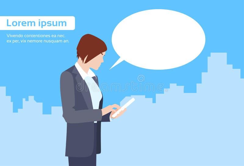 La empresaria Using Tablet Computer envía el mensaje stock de ilustración