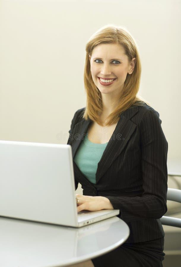 La empresaria utiliza el ordenador portátil imagenes de archivo