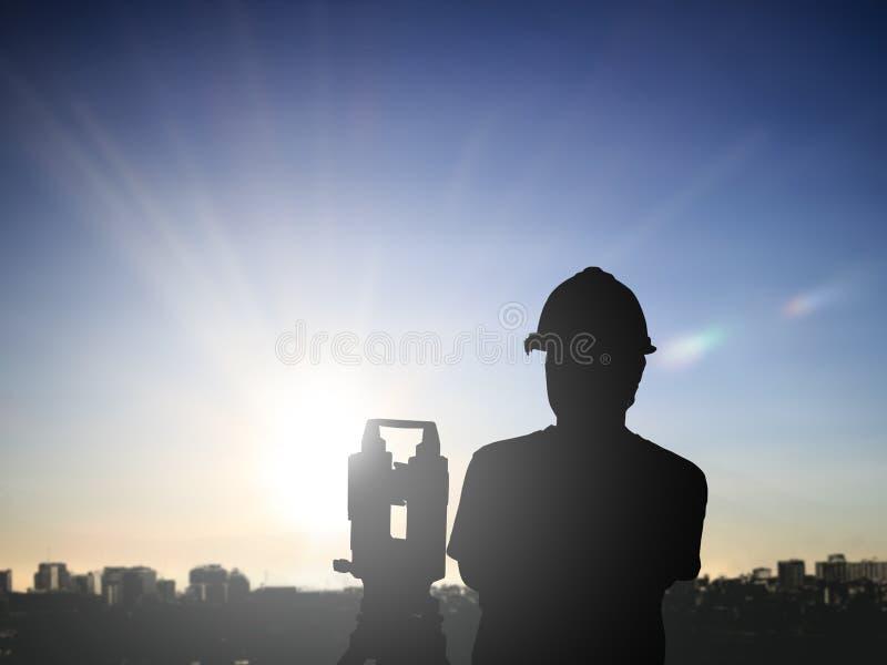 La encuesta sobre hombre negro de la silueta y el ingeniero civil se colocan en la tierra w foto de archivo libre de regalías