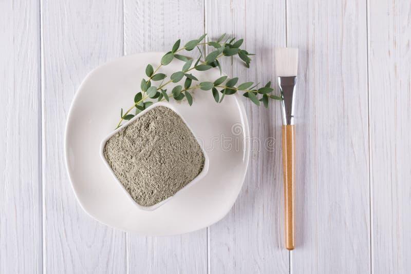 La endecha plana, el ingrediente natural del polvo del fango de la arcilla para el facial hecho en casa y el cuerpo enmascaran o  imagen de archivo
