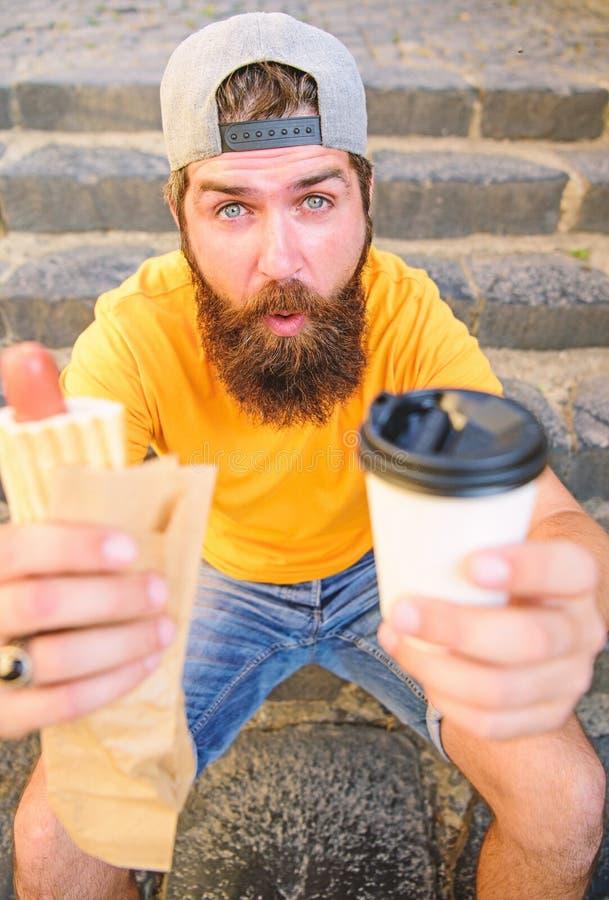 La energía de la comida de la calle hace la contribución significativa para adietar El hombre barbudo disfruta del fondo rápido d foto de archivo libre de regalías