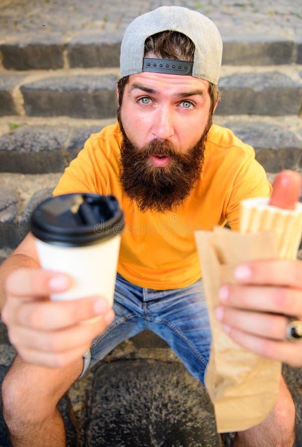 La energía de la comida de la calle hace la contribución significativa para adietar El hombre barbudo disfruta del fondo rápido d foto de archivo