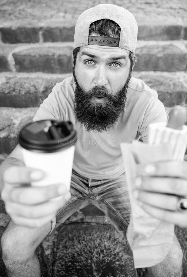 La energía de la comida de la calle hace la contribución significativa para adietar El hombre barbudo disfruta del fondo rápido d fotografía de archivo
