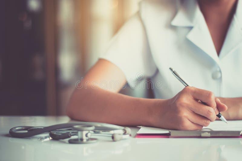 La enfermera está trabajando en el escritorio del trabajo fotos de archivo