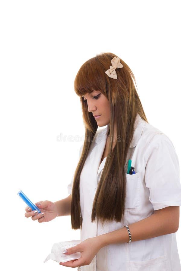 La enfermera muestra una jeringuilla fotografía de archivo libre de regalías