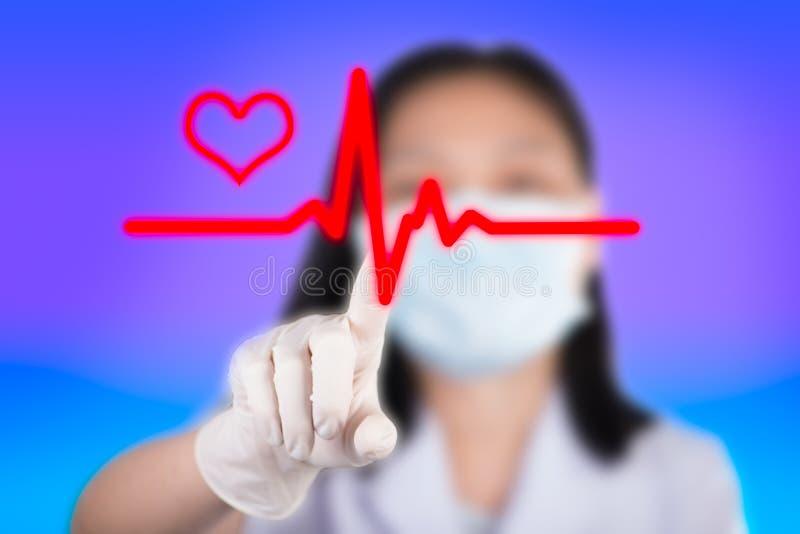 La enfermera que presiona los botones cardiios muestra la tecnología de médico fotografía de archivo
