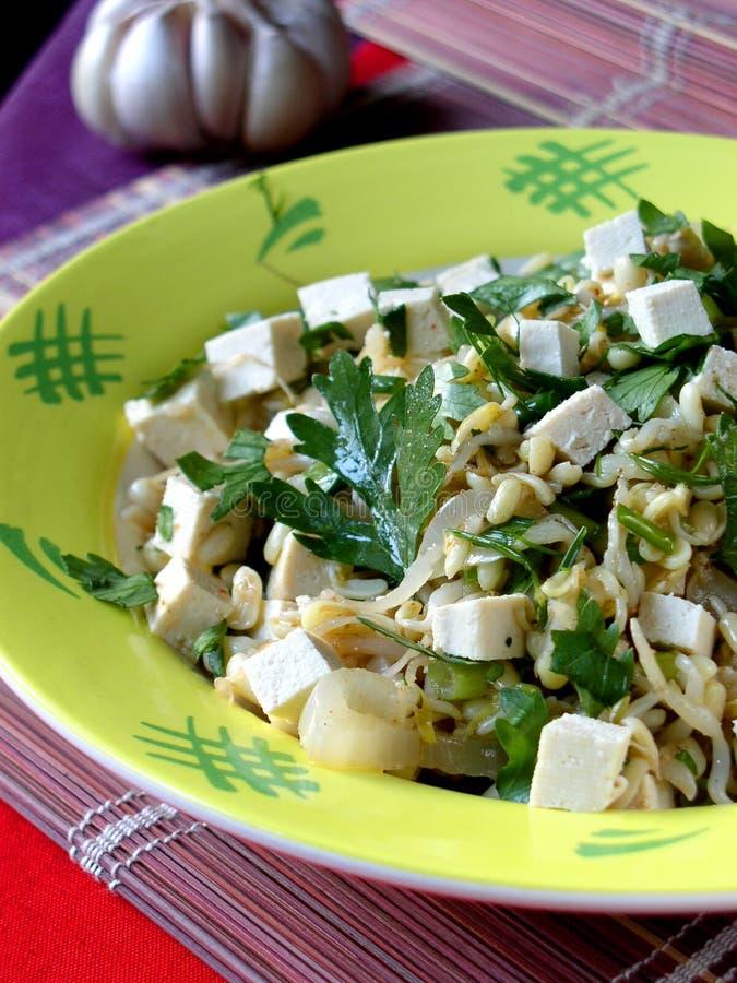 La ensalada asiática con el queso de soja y germina las sojas imagenes de archivo