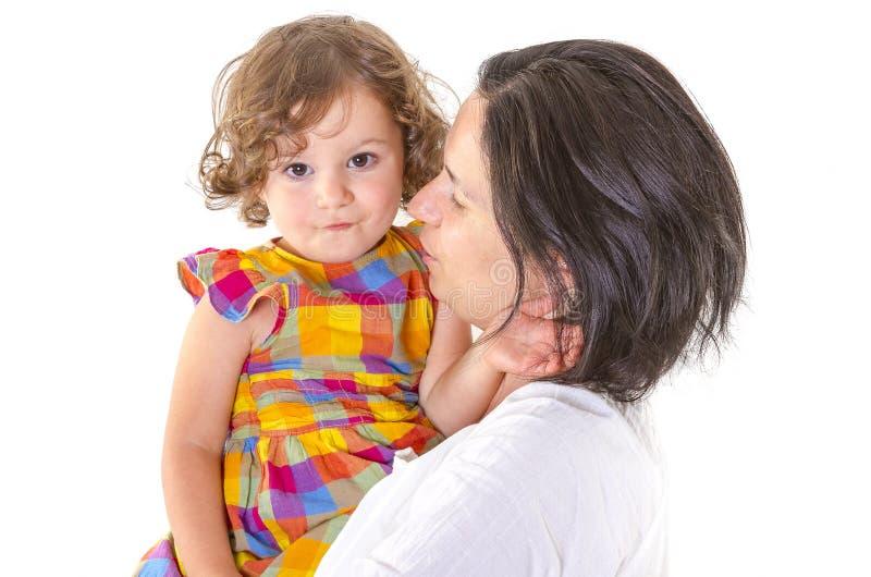 La enseñanza de la madre disciplina a su pequeña hija imagen de archivo