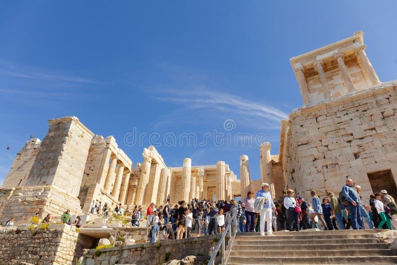 La entrada a la acrópolis Propilea con las columnas, Atenas, Grecia fotos de archivo