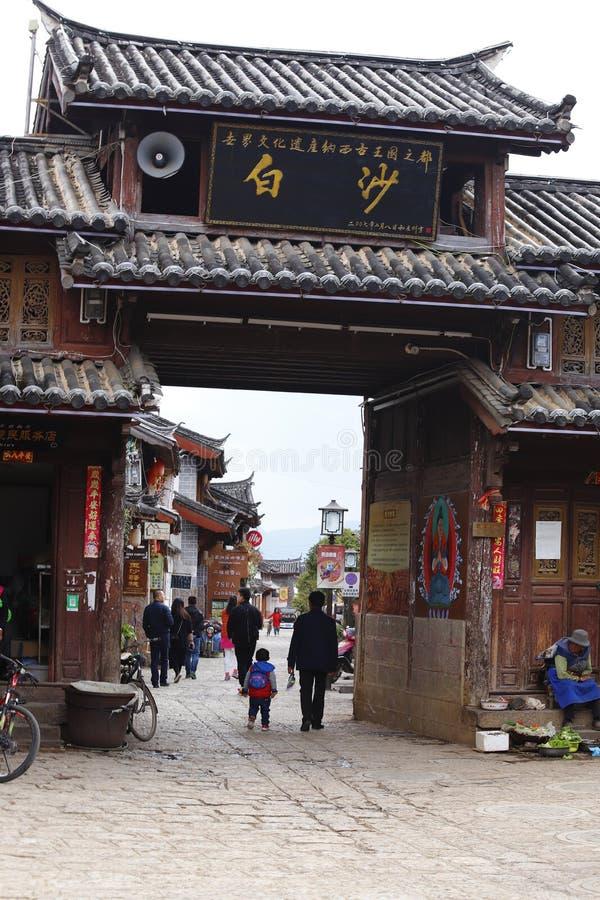La entrada al pueblo de Baisha, un acuerdo de Naxi Era el centro político, económico y cultural de Lijiang antes de th fotos de archivo